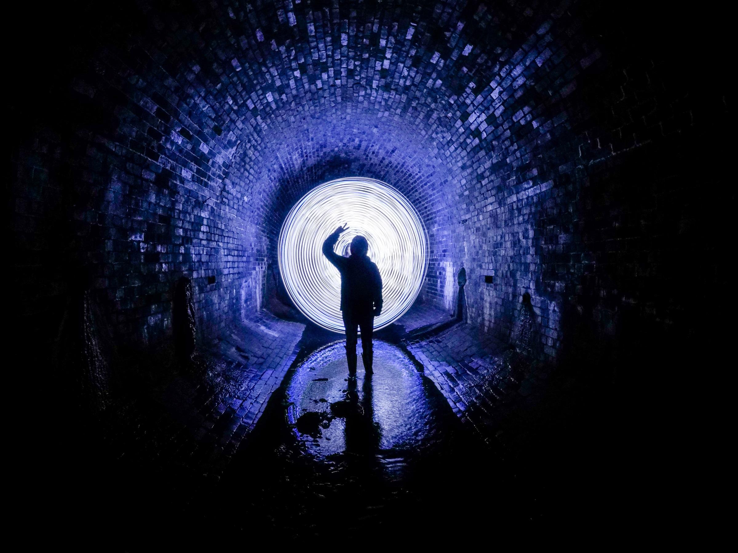 Prin tunelul singurătății